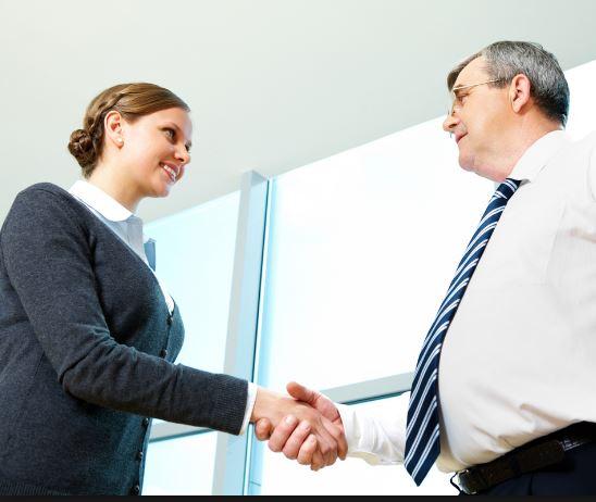 Người Úc vui vẻ bắt tay với bạn khi lần đầu gặp