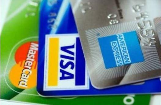 Thẻ ngân hàng sẽ đồng hàng cùng các bạn khi đi du học